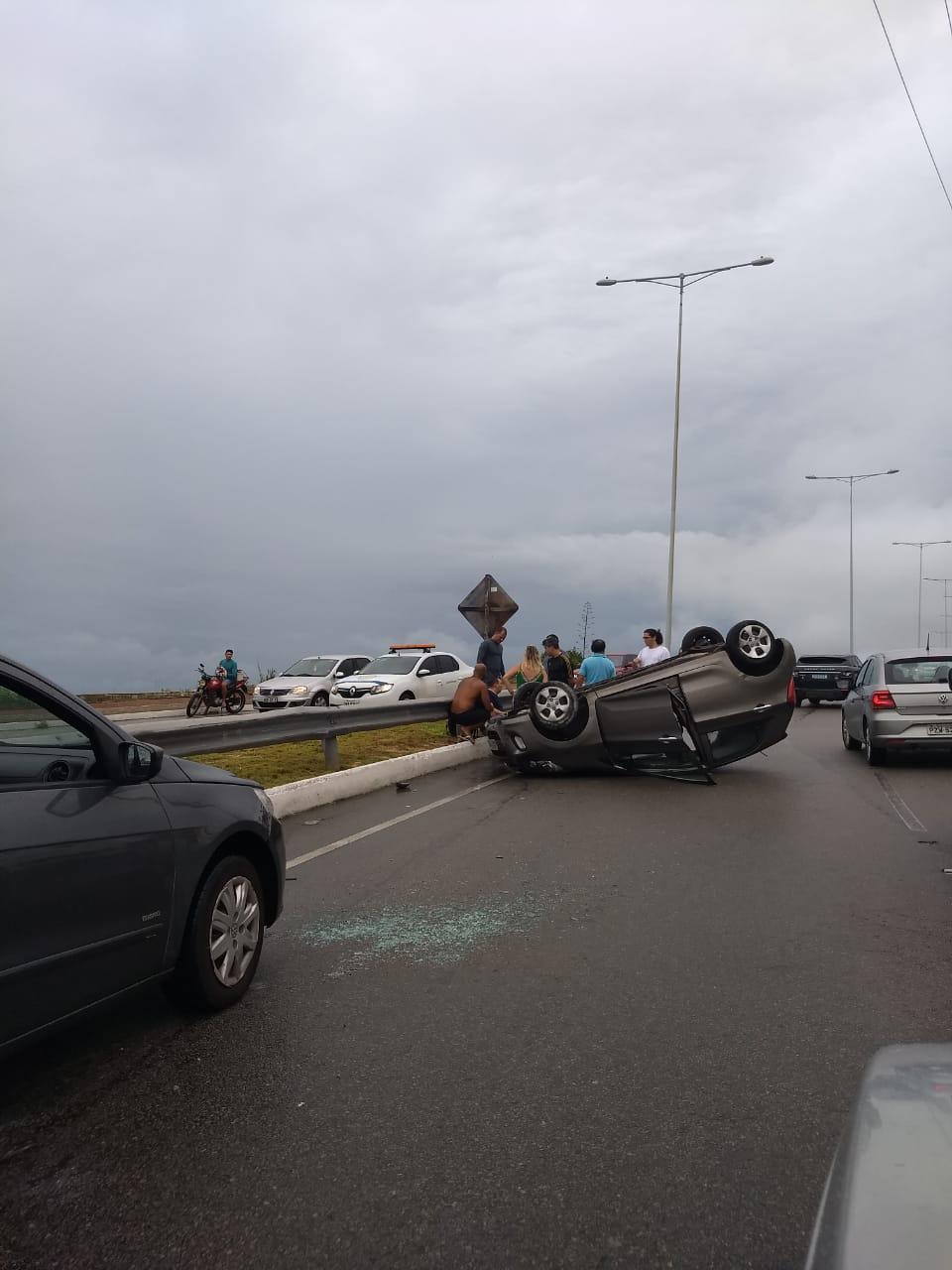 b77b94c8e1 Carro capota em acidente na Via Costeira