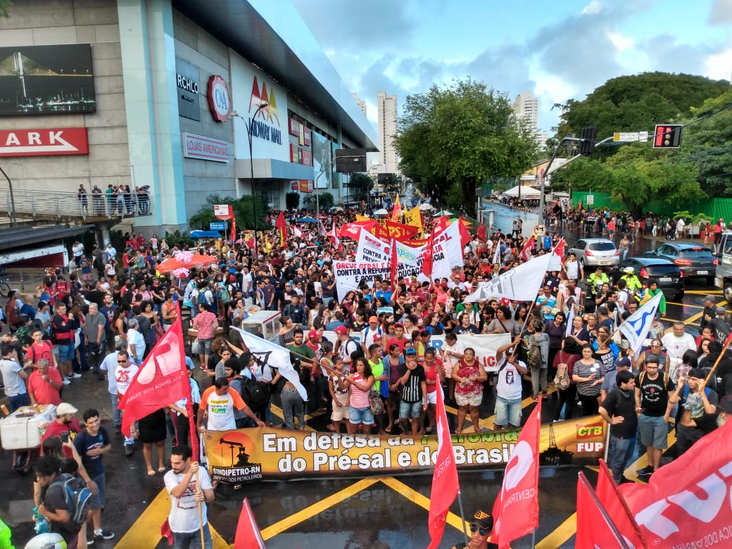 Multidão volta às ruas de Natal em protesto contra cortes da Educação