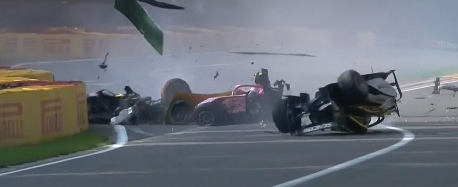 Piloto morre em acidente e cancela corrida na Bélgica; veja o momento da colisão