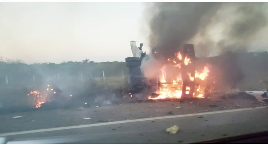 (VÍDEO) Bandidos fecham rodovia com ônibus e explodem carro-forte no RN; assista