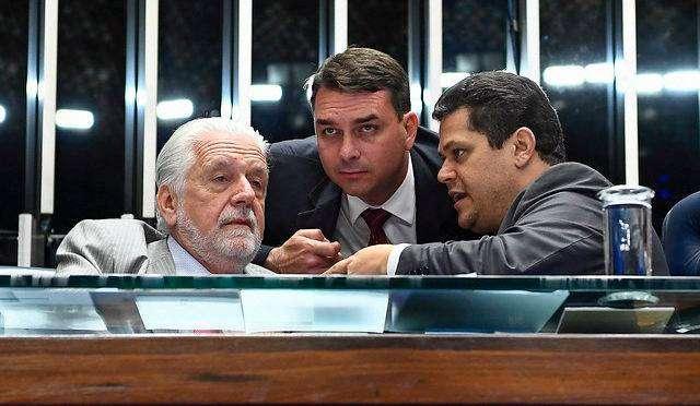 Filho de Bolsonaro e PT se unem para derrubar CPI da Lava Toga