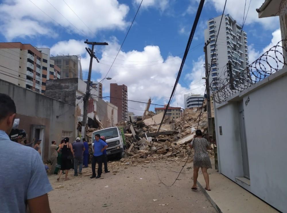 Prédio desaba em Fortaleza; moradores relatam que pessoas estão sob escombros
