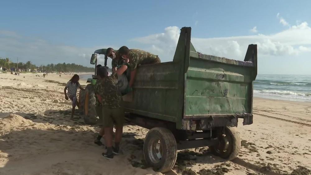 Bolsonaro autoriza uso do Exército no combate às manchas de óleo no Nordeste