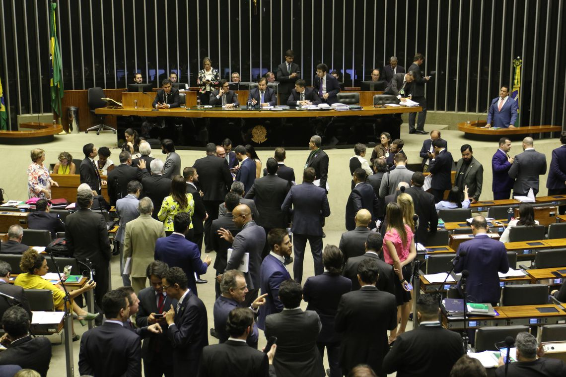 Plenário da Câmara aprova projeto sobre armas; texto segue para Senado