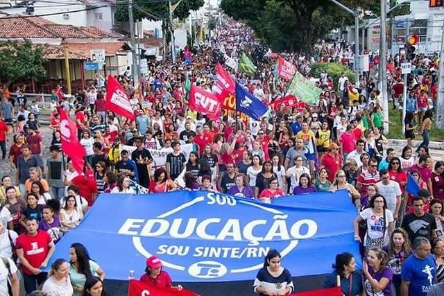 Professores da rede estadual vão parar atividades por 24h para cobrar atrasados