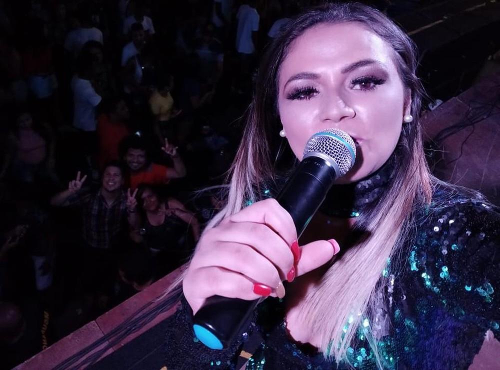 Cantora de forró passa mal no meio de show, desmaia durante apresentação e morre