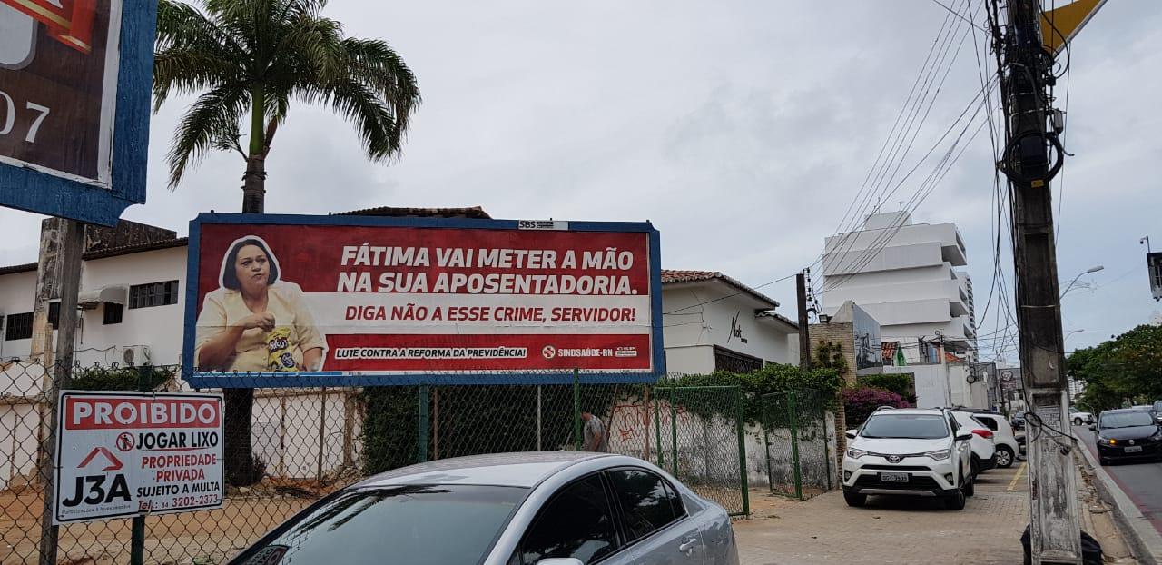 """Sindsaúde banca outdoors e ataca Fátima: """"Vai meter a mão na sua aposentadoria"""""""