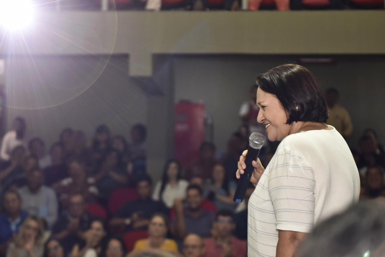 Fátima discursa uma hora em lançamento de obra que é de Bolsonaro, diz deputado