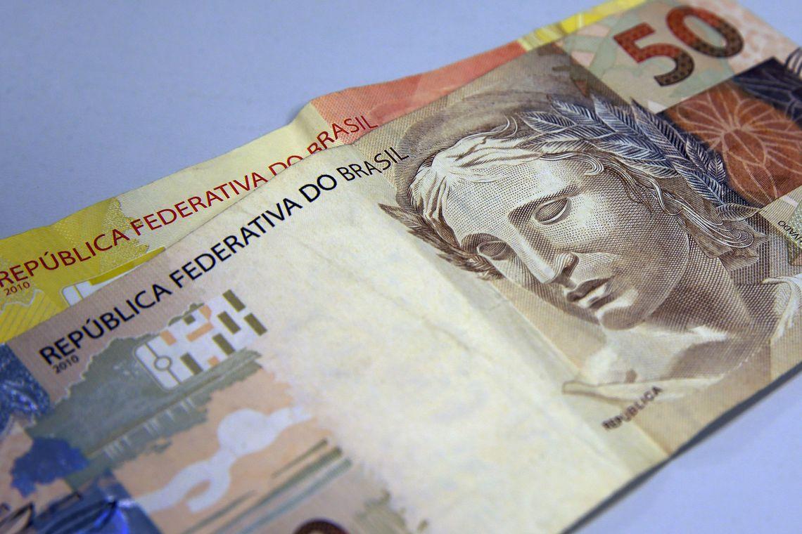Bolsonaro assina MP que eleva salário mínimo para R$ 1.045