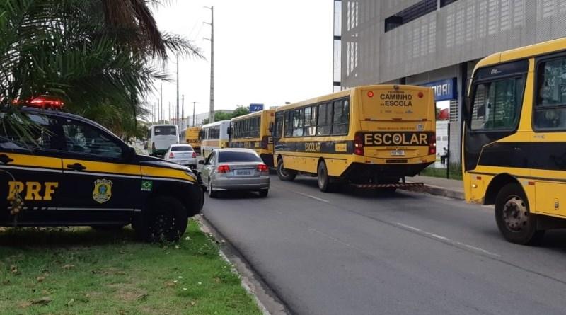 PRF realiza fiscalização e recolhe 12 veículos de transporte escolar em Natal