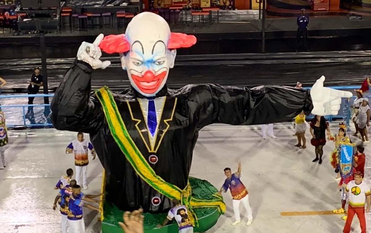 VÍDEO: Escola do RJ desfila com palhaço Bozo usando faixa presidencial; assista