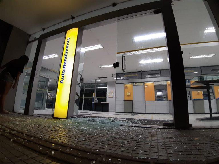Bandidos invadem cidade do RN, metralham posto da PM e explodem Banco