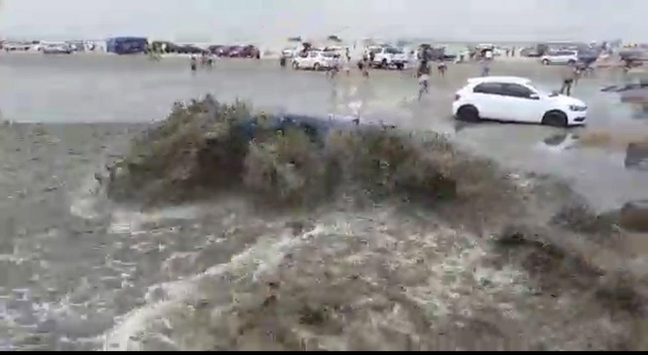 VÍDEO: Praia brasileira tem tsunami meteorológico e carros arrastados pela água